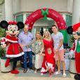 Já é Natal na casa de Karina Bacchi e artista posa com a família