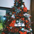 Marina Ruy Barbosa aposta em decoração clássica de Natal com enfeites na cor vermelha e verde