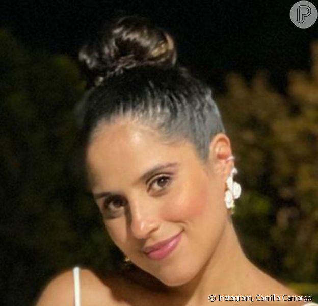 Camilla Camargo posou segurando a barriga de 7 meses de gravidez na noite de réveillon