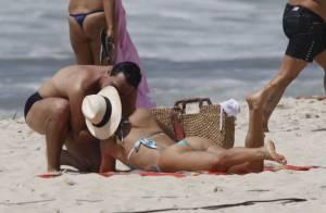 Flávia Alessandra e Rodrigo Lombardi gravam beijo de 'Salve Jorge' em praia