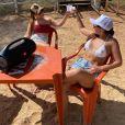 Maraisa está acompanhada pela irmã, Maiara, com quem curtiu o dia de sol de biquíni