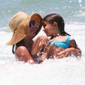 De biquíni invertido, Deborah Secco exibe corpo definido em dia na praia com a filha