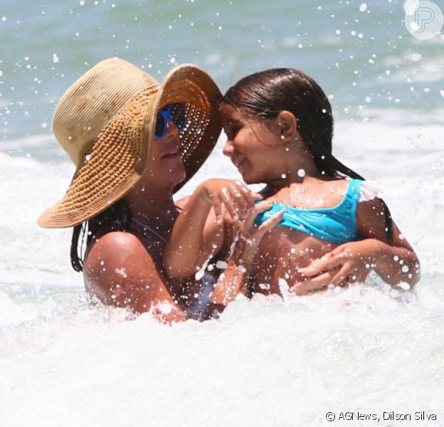 Deborah Secco, de biquíni, curtiu praia com a filha, Maria Flor, de 5 anos, em 18 de janeiro de 2021