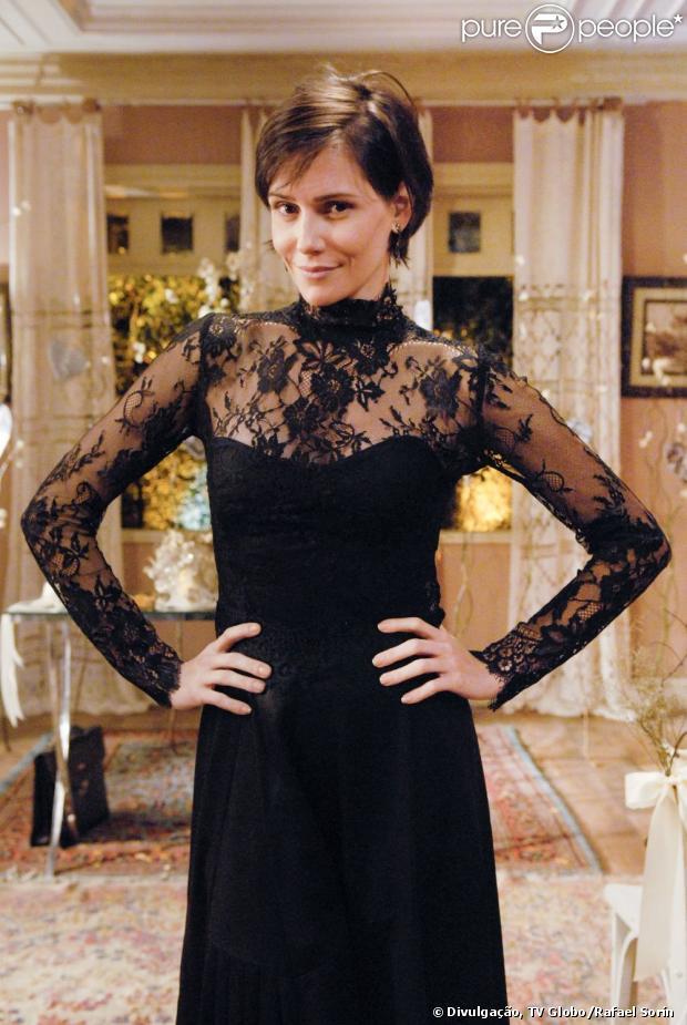 Deborah Secco usa vestido de renda todo preto na cerimônia de descasamento da sua personagem Giovana, na série 'Louco por Elas', em 5 de março de 2013