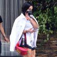 Cleo combina pochete de couro Gucci com look P&B