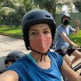 Thais Fersoza e Michel Teló adoram pedalar juntos e acompanhados pelos filhos