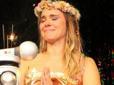 Carolina Dieckmann chora ao assistir cena raspando cabelo em 'Laços de Família'. Vídeo!