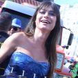Thaila Ayala inovou com vestido combinando com a make ao desfilar em bloco de rua