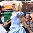 Pabllo Vittar se fantasia de Cinderela e aposta em peruca lace com fios platinados em trio elétrico no Carnaval
