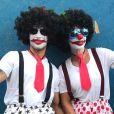 Ivete Sangalo se fantasiou de palhaça ao curtir bloco de rua em Salvador, na Bahia, passando despercebida pela público