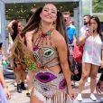 Paolla Oliveira apostou em look colorido com recortes vazados ao pular Carnaval no Rio
