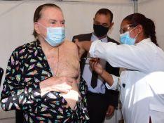 Silvio Santos, de pijama, toma vacina contra Covid-19 e reação diverte a web. Veja