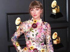 Taylor Swift elege look 70's para o Grammy 2021: apliques florais, manga sino e mais trends