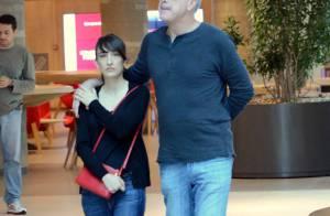Pedro Bial passeia em clima de romance com a namorada em shopping do Rio