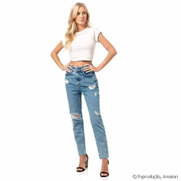 A calça mom jeans da Colcci, na Amazon, tem modelagem confortável