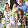 Roberto Justus posa com mulher, Ana Paula Siebert, e filhas Vicky e Rafaella