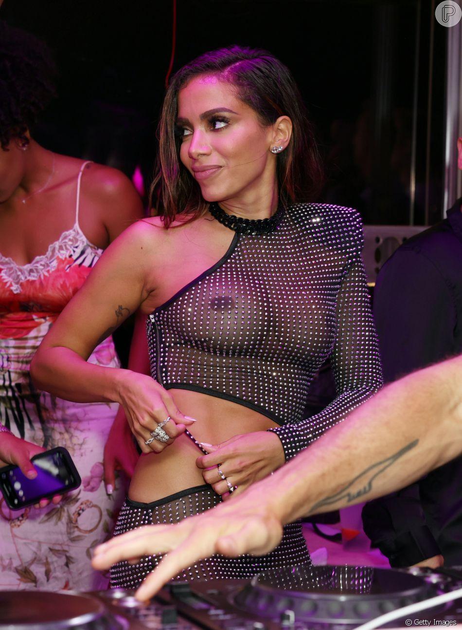 De vestido transparente, Anitta curtiu festa de 'Girl From Rio' com amigos famosos