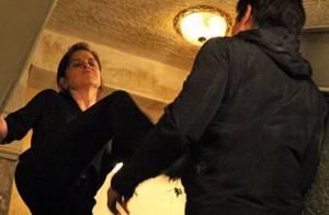 Hoje na novela 'Império': Cora imita Nazaré Tedesco e empurra Fernando da escada