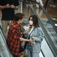 Saulo Poncio e Gabi Brandt são fotografados em passeio no shopping Village Mall, na Barra da Tijuca, zona oeste do Rio de Janeiro, neste domingo, 23 de maio de 2021