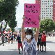 Maria Ribeiro relembra Paulo Gustavo em manifestação cobrando vacina para todos