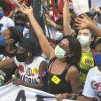 Dira Paes vai à manifestação e cobra vacina contra Covid-19 para todos