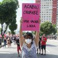Maria Ribeiro cobra vacina para todos em manifestação