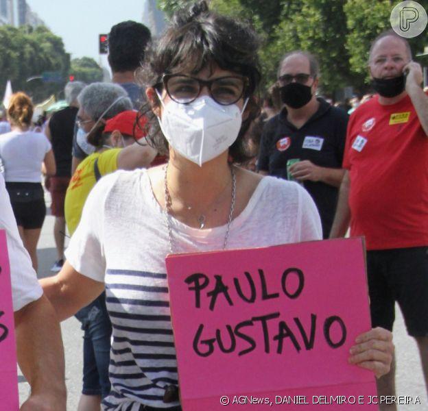 Maria Ribeiro vai à manifestação com cartaz sobre Paulo Gustavo, em 29 de maio de 2021