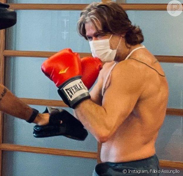 Fábio Assunção exibiu o corpo musculoso após um treino de luta