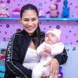 Simone usa look de frio grifado de R$ 5 mil para levar filha caçula, Zaya, à pediatra