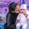 Filha de Simone, Zaya é tietada pela cantora durante consulta médica