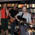Vanessa Gerbelli canta com Guilherme Fiuza no lançamento do livro de Maitê Proença