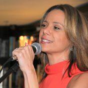 Vanessa Gerbelli canta em lançamento de livro de Maitê Proença no Rio de Janeiro