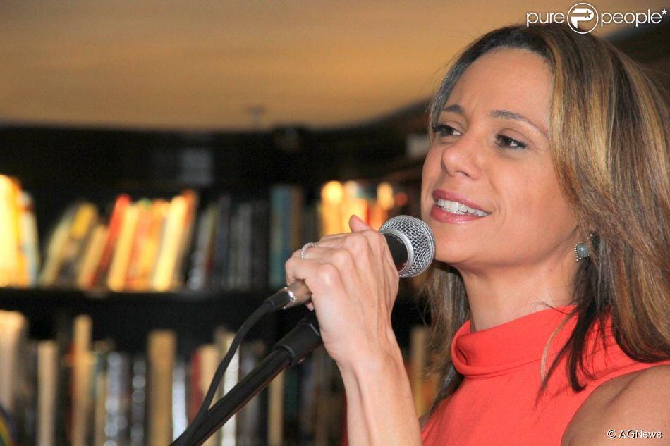 Vanessa Gerbelli faz pocket show em lançamento de livro de Maitê Proença, no Rio, em 19 de novembro de 2014