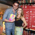 Maitê Proença recebe o ex-namorado Sergio Marone em lançamento de livro