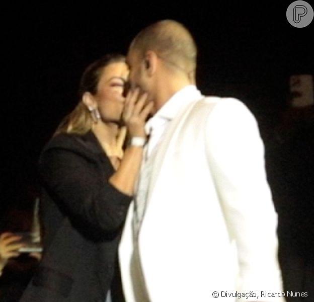 Paolla Oliveira ganha beijo de Diogo Nogueira em show do cantor no Vivo Rio