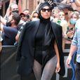 Lady Gaga com meia-calça brilhante em look all black
