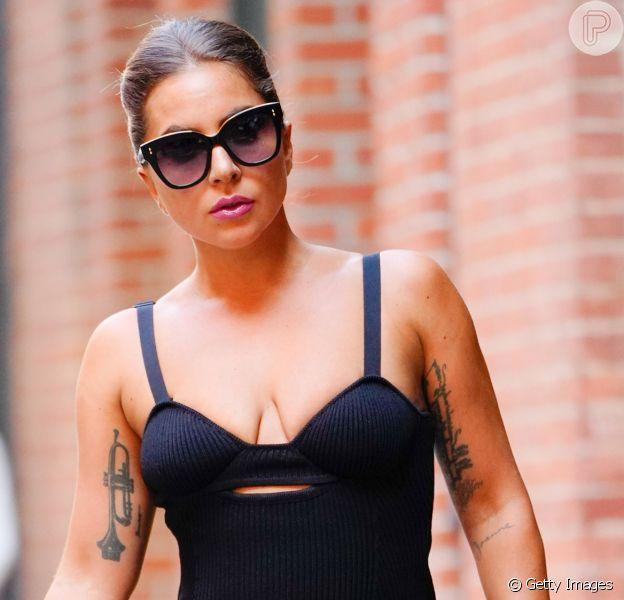 Aprenda a sair do look pretinho básico com Lady Gaga