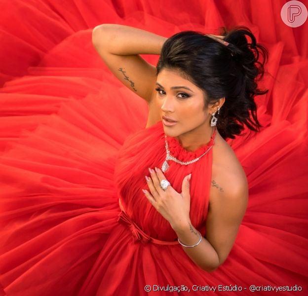 Mileide Mihaile usa vestido longo poderoso vermelho em ensaio. Veja mais!
