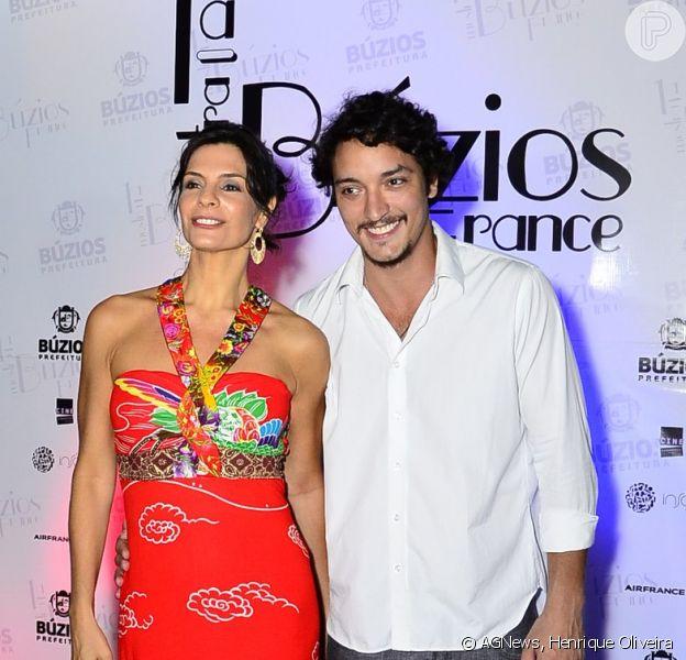 Helena Ranaldi vai a evento na companhia do namorado