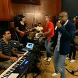 Alexandre Pires ensaia com o Só Pra Contrariar, em Uberlândia, em Minas Gerais
