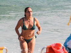 Aos 64 anos, Cissa Guimarães posa de biquíni com fãs em praia no Rio. Fotos!