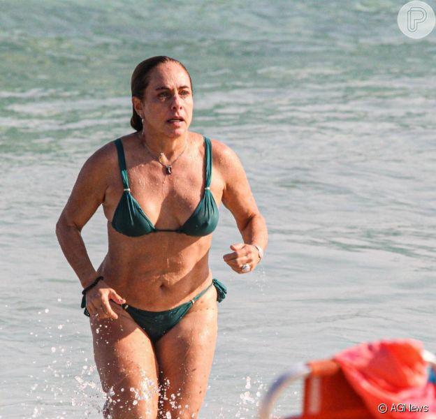 Cissa Guimarães, de 64 anos, curtiu praia e deu mergulho em Ipanema, no Rio de Janeiro, nesta segunda-feira (23)
