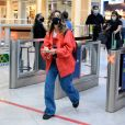 Fotografada em aeroporto, Giovanna Lancellotti  vestia roupa confortável