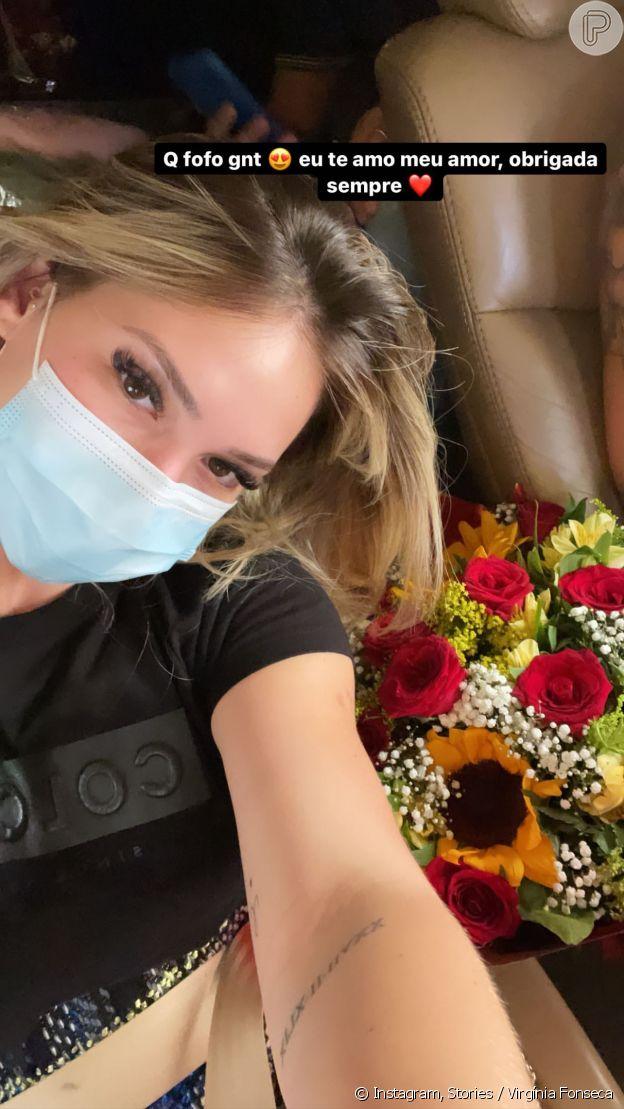 Virgínia Fonseca exibe buquê de flores surpresa de Zé Felipe em jatinho particular