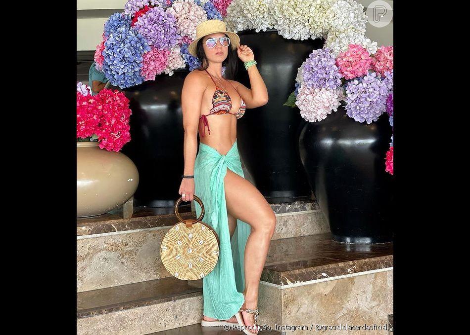 Graciele Lacerda ainda costuma combinar biquínis com chapéus e bolsas de palha