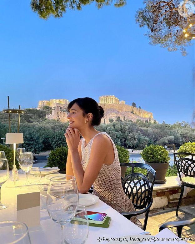 Bruna Marquezine usa vestido de tricô em viagem à Atenas