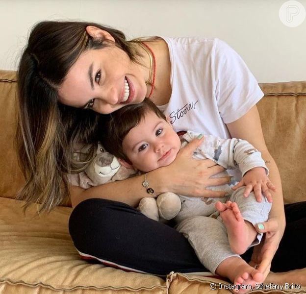 Sthefany Brito tentou se maquiar enquanto segurava o filho, Enrico, de 10 meses no colo e se divertiu ao mostrar resultado em vídeo