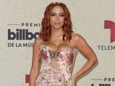 Anitta elege vestido floral sem alças e com transparência em premiação da Billboard