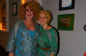 Leandra Leal prestigia peça de teatro com pouca maquiagem e novo visual, no Rio