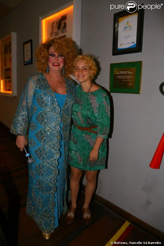 Leandra Leal posa com Jane Di Castro, na apresentação do espetáculo 'Divinas Divas', no Rio de Janeiro, em 12 de março de 2013